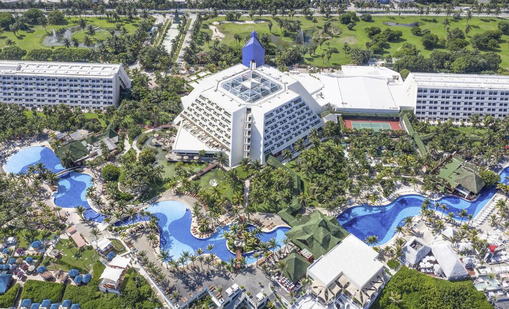 The Pyramid at Grand Oasis - Family hotels in Cancun